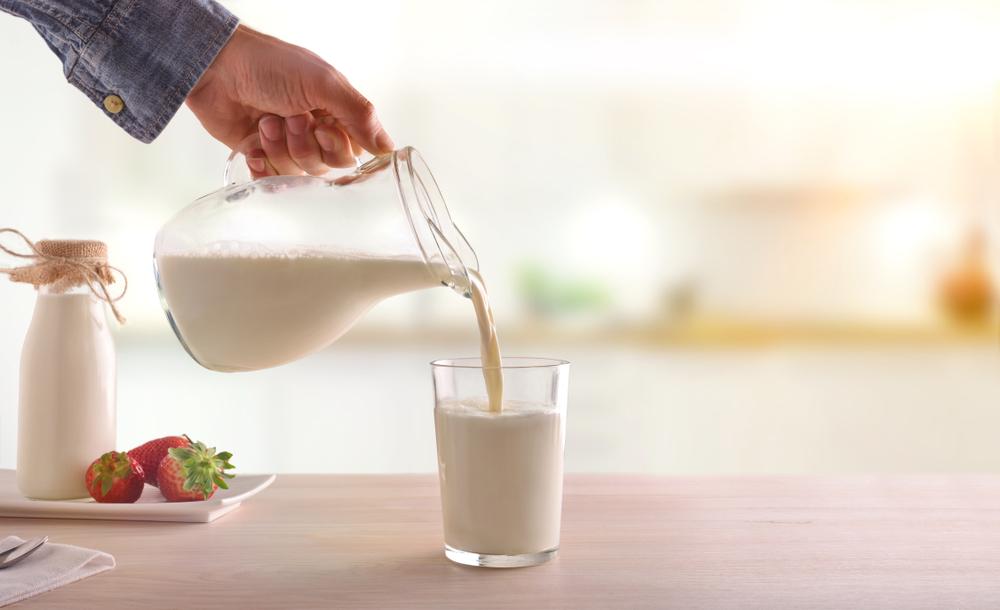 机 牛乳 注ぐ