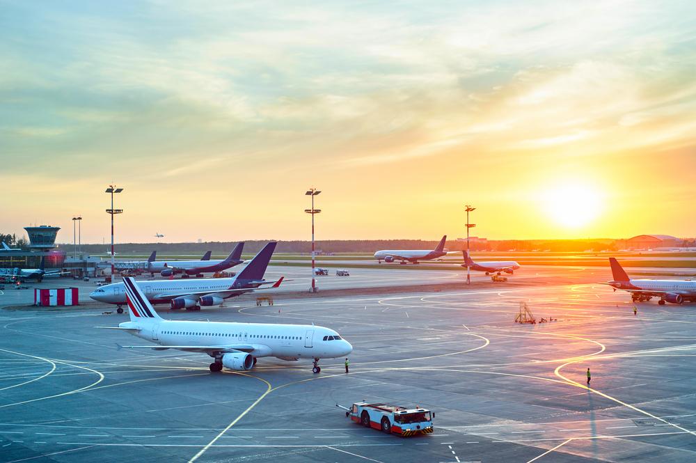 夕日に照らされる飛行機