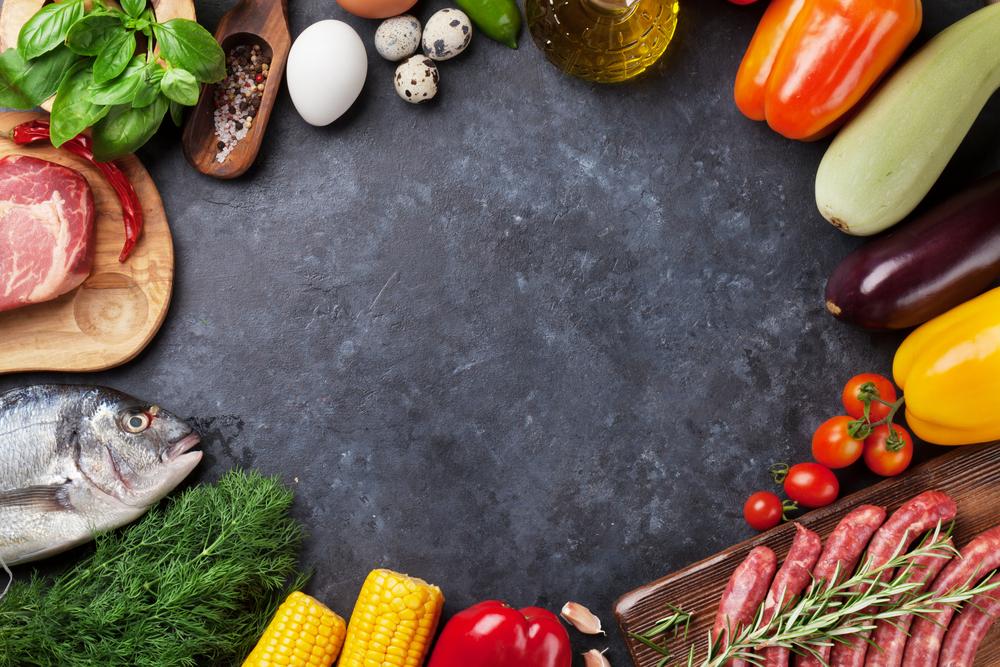 石板に並ぶ食材