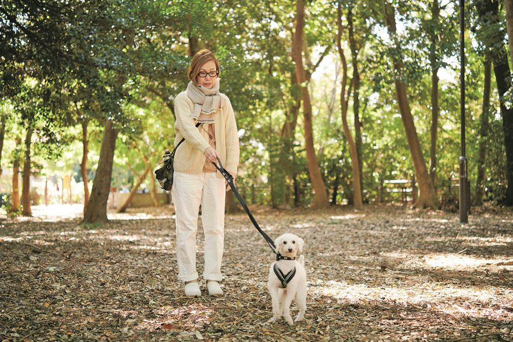 東日本大震災をきっかけに保護犬に関するボランティアを始めたインテリアデザイナー・小林マナさん
